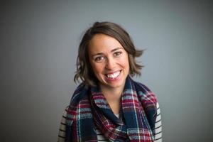Frau lächelt mit einem blau-roten Schal foto