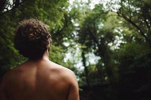 Nahaufnahmeporträt des Rückens des Mannes auf Waldhintergrund foto