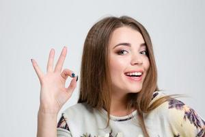 Porträt eines lächelnden, das ok Zeichen zeigt foto