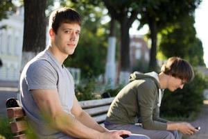 zwei Jungs sitzen foto