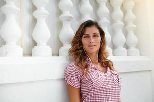 kaukasische Frau, die sich beim Musikhören entspannt