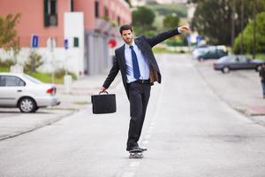 Geschäftsmann Skateboarding foto
