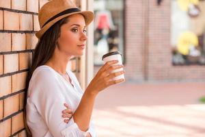 Entspannen bei einer Tasse frischem Kaffee. foto