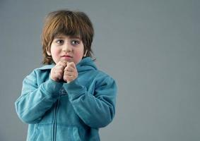 schönes Kind, das einen Gedanken isoliert hat foto