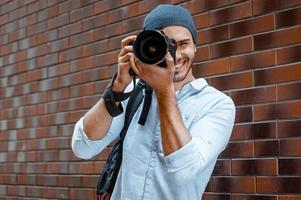 Konzept für stilvollen jungen Mann im Freien foto