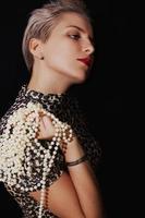 Porträt der schönen jungen Frau mit Perlenkette