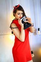 das Mädchen in einem roten Kleid