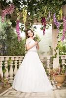 Schönheitsfrau im weißen Kleid. Braut, Hochzeit im Garten. Brünette