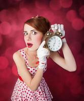 schöne rothaarige Frauen mit Uhr. foto