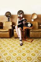 Mädchen, das Musik unter einem Trockner hört foto