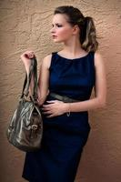 Frau mit Handtasche foto