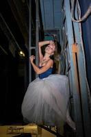 die schöne Ballerina posiert in einem langen weißen Rock foto