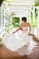 tanzende Braut im Park