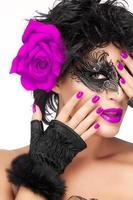 Schönheitsmodefrau mit eleganter Maske. lila Lippen und Maniküre