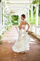 schöne Braut im weißen Kleid gekleidet