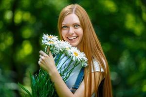 schöne lächelnde rothaarige junge Frau