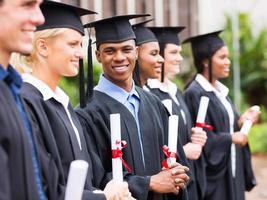 gemischtrassige Universitätsstudenten Abschluss foto