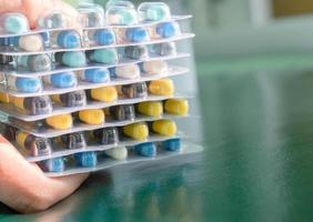 Apotheker hält Tabletten Pillen Kapseln foto