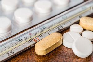 Heilung der Krankheit, Messung der Temperatur mit einem Thermometer foto