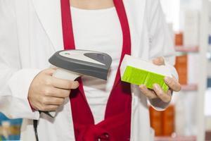 Apotheker bekommen Barcode der ärztlichen Verschreibung gelesen foto