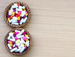 verschiedene Tabletten Pillen Kapsel Haufen Mix Therapie Medikamente Arzt Grippe foto