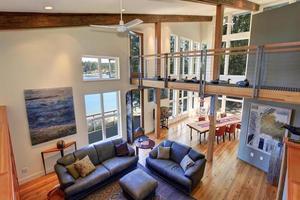 modernisiertes Wohnzimmer mit Ledersofas. foto