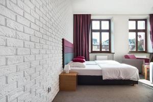 Innenraum des hellen Schlafzimmers foto