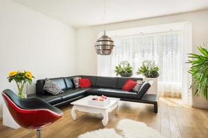 modernes helles Wohnzimmer mit Holzboden