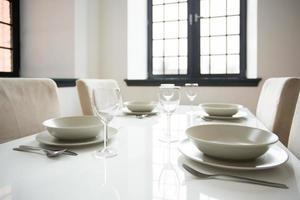weißes Geschirr auf dem Tisch foto