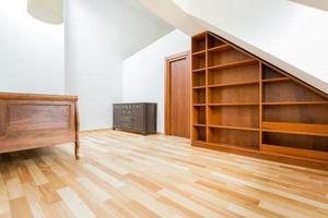 Vintage-Möbel auf dem Dachboden foto