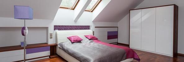 rosa, graues und violettes Schlafzimmer foto