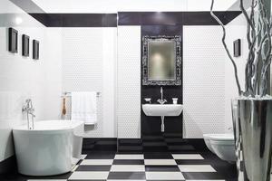 weißes und schwarzes Badezimmer