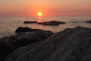 Sonnenuntergang über dem Meer zwischen den Felsen
