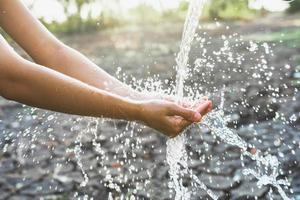Wasser fließt in die Hand foto