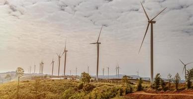 Windkraftanlagen auf einem Hügel.