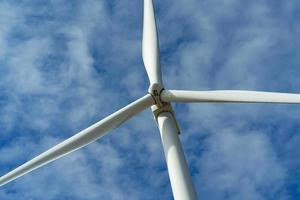 Windkraftanlage und blauer Himmel