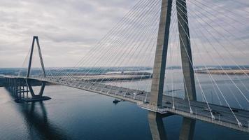 graue Hängebrücke