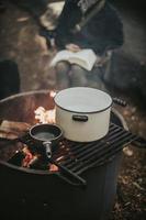 Kochtöpfe über einem Lagerfeuer