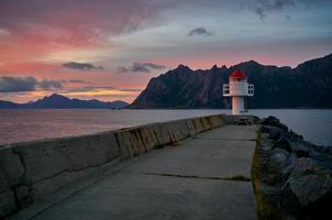 weißer Leuchtturm in der Nähe von Wasser foto