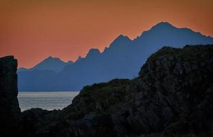 Gewässer zwischen Bergen foto