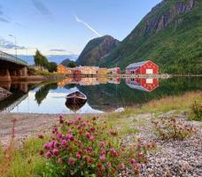 Häuser in der Nähe von See und Berg foto