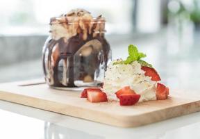 Schokoladenfondant-Dessert mit Schlagsahne foto