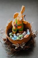 braunes Kaninchenspielzeug im braunen Weidenkorb foto