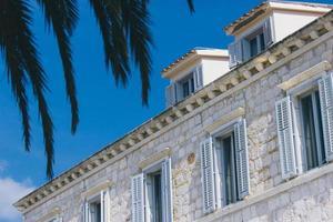 weißes Steinhaus mit Fensterlamellen