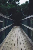 leere Holzbrücke