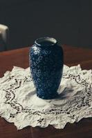 blaue und weiße Blumenkeramikvase foto