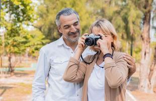 Paar macht Fotos draußen