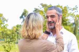 Paar, das in einem Park umarmt foto