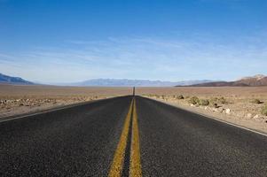 Die Straße entlang foto