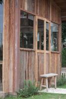 Holzbank neben braunem Gebäude foto